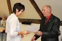 Starosta Jiří Hauzer předává cenu Janě Skálové.