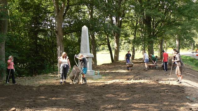Do úklidu okolí pomníku se pustila řada dobrovolníků.