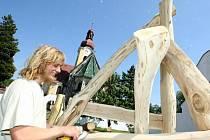 Řezbáři se v pondělí setkali na sympoziu v zahradě raspenavské fary. Týden tady budou tvořit pomocí motorových pil, seker a dlát sochy ze dřeva. Děti ze speciální třídy ZŠ Raspenava při zahájení sympozia malovaly stínítka na lampy.