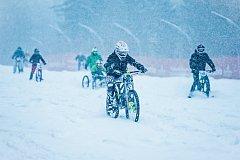 Bikeři na sněhu.