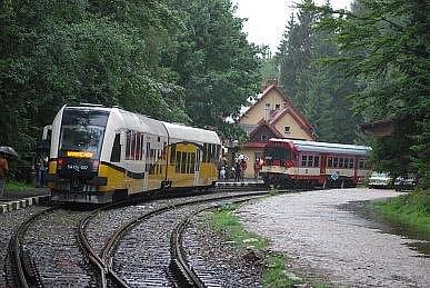 Po dlouhých pětašedesáti letech se znovu obnovila trať z Harrachova do polské Sklářské Poreby.   Trať byla vybudována v roce 1902. Přes hranice jezdila do konce války.