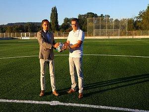 Slavnostní otevření fotbalového hřiště s umělou trávou.