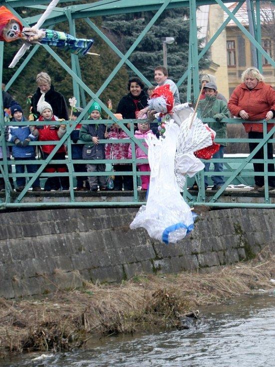 Děti prošly městem, zpívaly a poté vlastnoručně vyrobené Moreny hodily do řeky Smědé.