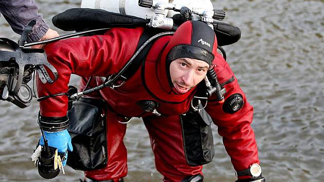 DO MRAZIVÉ VODY liberecké přehrady se vnořil potápěč Bróňa. Ale na zimu si nestěžoval, voda měla podle něj u dna čtyři stupně, což je stejné po celý rok.
