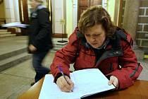 Lidé svými zápisy, vzkazy a vzpomínkami popsali na liberecké radnici 70 listů.