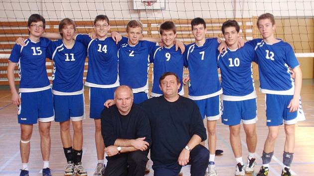 ŽÁCI SLAVIE LIBEREC. Volejbalový tým s trenéry Mejzrem a Prokopem.