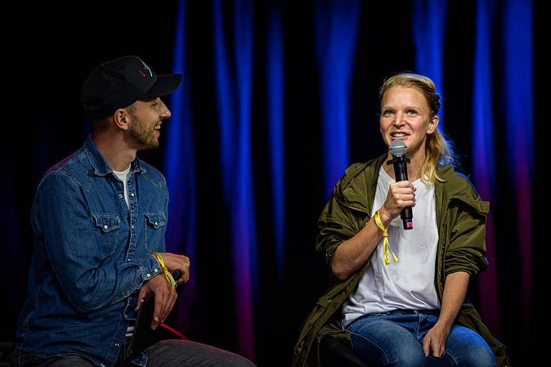 Festivalový vlak dorazil do Liberce. zazpívala Klára Vytisková a Thom Artway