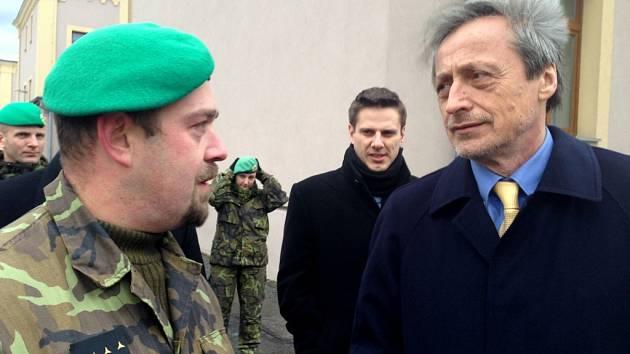 Ministr obrany Martin Stropnický navštívil liberecké vojáky. Slíbil jim peníze.