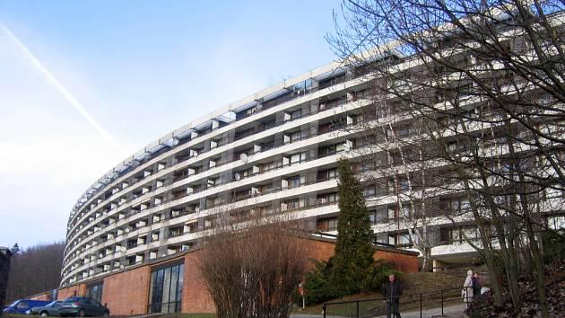 Desetipodlažní bytový dům Wolkerák v Lidových sadech patří díky svému originálnímu půdorysu a kónickému tvaru k nejcitlivěji navrženým a do krajiny usazeným panelovým domům.
