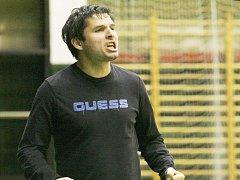 ANDREAS MRIJAJ. Šéf a také trenér ligového Andy Liberec spolu s výkony v soutěži i zešedivěl.