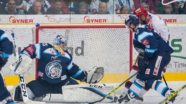Třetí zápas čtvrtfinále Generali play off Tipsport extraligy ledního hokeje se odehrál 19. března v liberecké Home Credit areně. Utkaly se celky Bílí Tygři Liberec a Mountfield HK. Na snímku vlevo je brankář Roman Will.