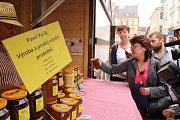 Ve čtvrtek 19. července vyrazily pracovnice Státní veterinární správy na kontrolu trhovců na farmářských trzích v Kostelní ulici. Zaměřily se na kontrolu živočišných produktů. Na snímku kontrola etiket.