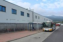 Autobus MHD Liberec (dopravce Dopravní podnik měst Liberce a Jablonce nad Nisou) na lince 22 čeká na svůj čas odjezdu na zastávce Průmyslová zóna Jih před podnikem Denso.
