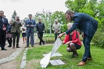 Otevření parku Clam Gallasů za účasti potomků čestného občana Liberce Franze Clam Gallase se uskutečnilo 24. května v parku v Komenského ulici v Liberci. na snímku primátor Liberce Tibor Batthyány.