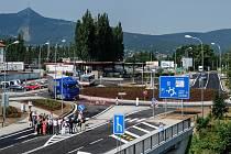 V liberecké ulici České mládeže byla 18. července otevřena nová okružní křižovatka. Jednu z klíčových krajských dopravních staveb se podařilo dokončit o tři týdny dříve.
