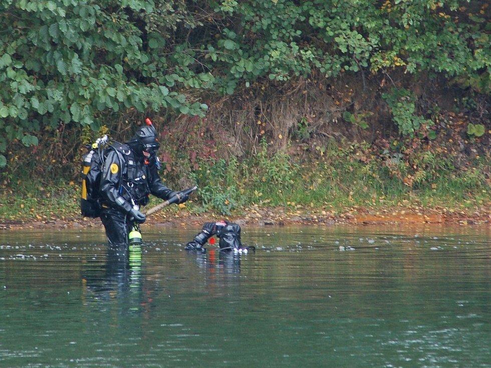 OPATRNÁ MANIPULACE. Potápěči vytahují ze zatopeného lomu u Hrádku nad Nisou nalezenou nábojnici. Poté ji předávají pyrotechnikovi, který zjistí, že je neškodná.