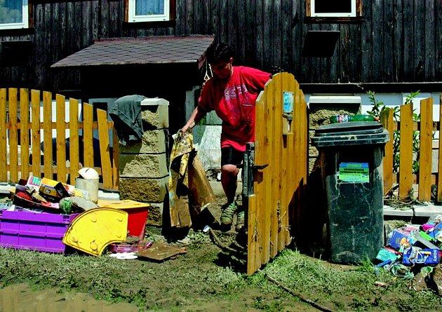 ÚKLID PO POVODNI. Bahno a voda dokáže zničit nábytek, oblečení a elektroniku. Přesvědčila se o tom i Marcela Zvoníčková.