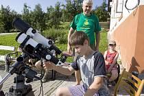 ZÁKLADY ASTRONOMIE a pozorování oblohy pochytí starší děti na novince mezi letními aktivitami Astronomickém táboře na Malé Skále.