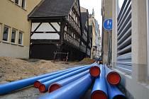 Severočeská vodárenská společnost vyměňuje vodovod ve Větrné ulici.