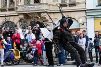 OSLAVY KONCE VÁLKY v Liberci začaly seskokem tří parašutistů na náměstí.