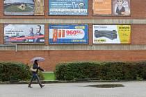 Politici, kam se podíváš. I po volbách. Dokud si reklamní plochy nekoupí noví inzerenti, budou se na nás usmívat z nejrůznějších míst i nadále.