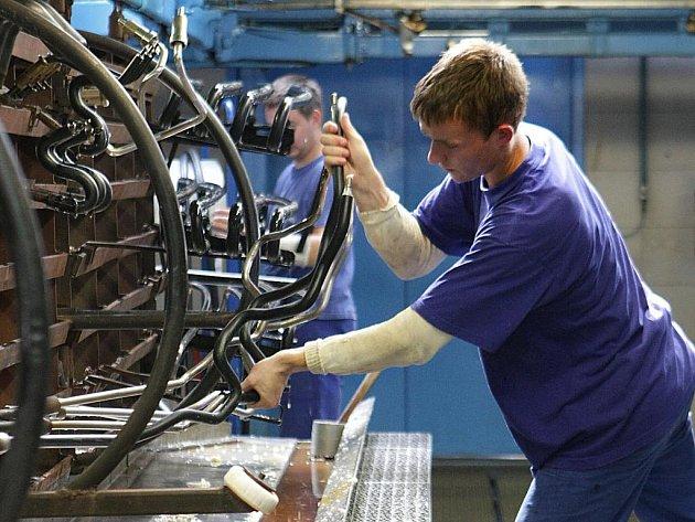 DĚLNÍKY SI FIRMY SAMY DOVÁŽEJÍ. Vedení větších firem, které sídlí na Liberecku, nezbývá většinou nic jiného, než si dělníky svážet do fabriky vlastní dopravou.