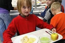 Dětem v soukromé základní škole Doctrina chutná. Nebýt dotace od města, museli by rodiče za jeden oběd ve školní jídelně dát kolem 50 korun.