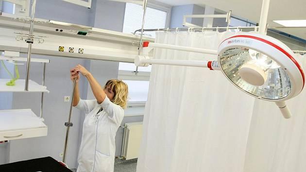 Ambulantní traumatologie a chirurgie jsou vybaveny nejmodernějším zařízením a technologiemi. Na snímku staniční sestra Marcela Trojanová.