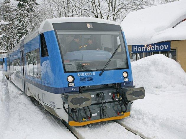Stadler, kterého vidíte na fotografii z Harrachova, je prakticky totožný s novými dvěma jednotkami, které do Libereckého kraje České dráhy posílají.