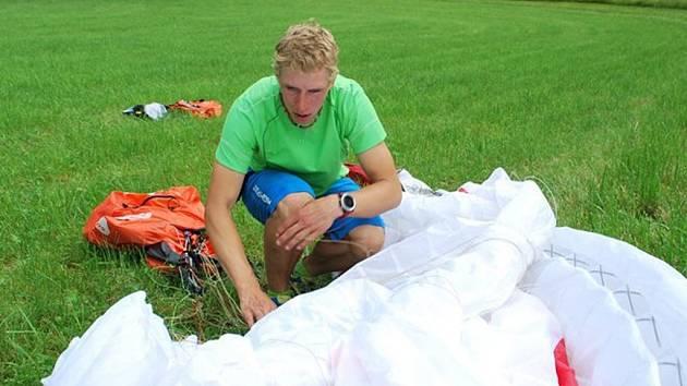 STANDOVA KAŽDODENNÍ PRÁCE. Paraglid je potřeba pořádně sbalit, aby byl funkční.