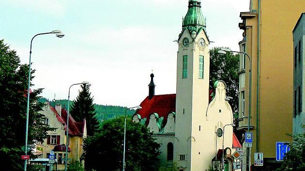 DÍLO JOSEFA ZASCHEHO tvoří několik význačných staveb. Mezi nejdůležitější patří secesní komplex tvořený v prvé řadě unikátním starokatolickým kostelem Povýšení sv. Kříže v Jabloneckých Pasekách.