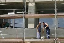NA ČERNO. Tato práce kvete nejvíc na stavbách.