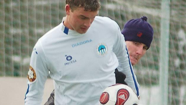 Štechmüller ze Slovanu zpracovává míč před Rašínem z VTJ Rapid.