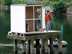 V noci z 15. na 16. září postavila liberecká skupina architektů Mjölk saunu na plošině uprostřed liberecké přehrady. Stavba za 50.000 korun vznikla bez povolení úřadů a tajně.