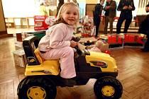 Děti ze zaplavené mateřské školky v Raspenavě zažily v sobotu 20. listopadu Vánoce o měsíc dřív. Němečtí dobrovolní hasiči totiž doma vybrali bezmála 100 tisíc korun a za ně jim koupili a přivezli nové hračky.