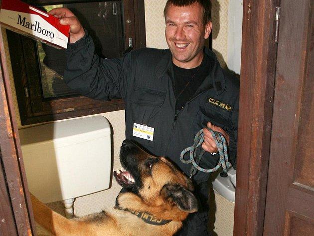 Radovat se mohl celník Roman Fiurášek, když jeho belgický ovčák Alan označil nádržku splachovadla jako úkryt cigaret.