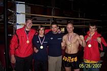 ÚSPĚŠNÝ TÝM.  Liberečtí kickboxeři  z Bicom Fight centra. Zleva: Michal Nekvapil, Aneta Kučerová, trenér Martin Berka, Radim Kušnirak a Adam Kocourek