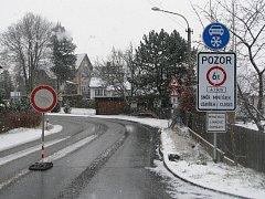 UMÍSTĚNÍ zákazové cedule do zatáčky u mostu není podle starosty Hejnic nejvhodnější.