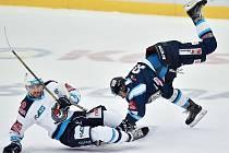 V utkání 7. kola hokejové extraligy Bílí Tygři Liberec – Piráti Chomutov, které se hrálo v Home Credit areně, svádí souboj domácí Michal Bulíř (vpravo) a chomutovský Juraj Valach.
