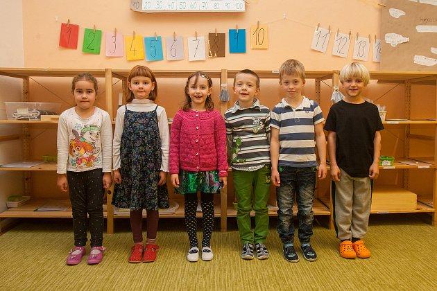 Prvňáci ze Základní školy Libere, ul. 5.května se fotili do projektu Naši prvňáci. Na snímku zleva jsou žáci  Sabinka, Jozefka, Nina, Hynek, Damian a Kubík.