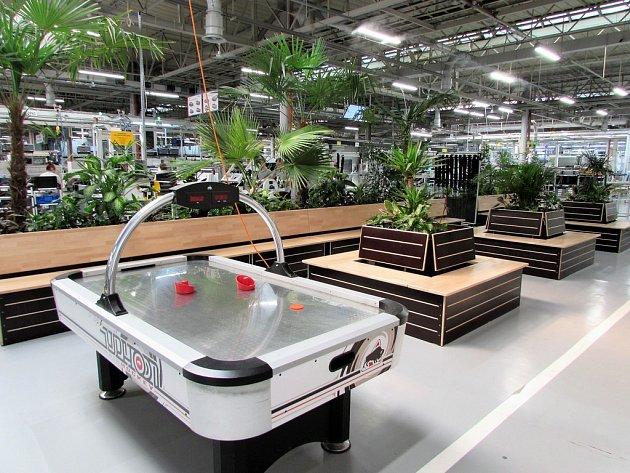 Palmová oáza a air hockey ve výrovní hale.