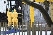 Veterináři za asistence hasičů a policie likvidovali dnes malochov drůbeže v Turnově, kde se ve středu potvrdil výskyt ptačí chřipky.Turnovská část Kadeřavec je tak už jedenáctým ohniskem ptačí chřipky v Česku.