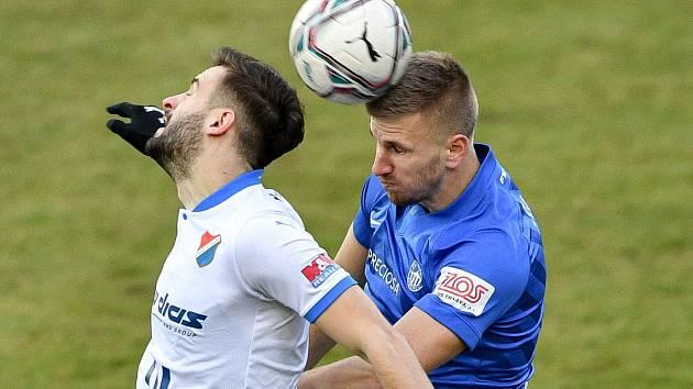 Liberecký obránce Jakub Jugas (vpravo) v utkání proti Baníku Ostrava.