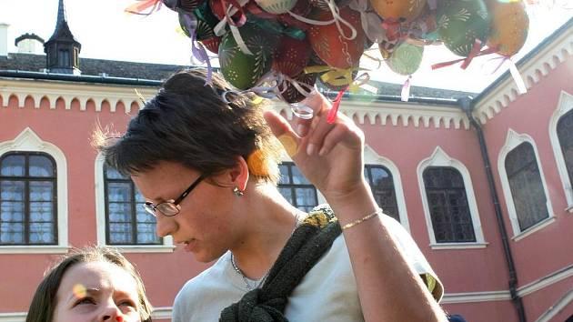 ZÁMEK PATŘÍ VELIKONOČNÍM TRHŮM. Kraslice, pomlázky, ale i kulturní program zaplní zámek Sychrov. Velikonoční trhy zde začínají dnes od 9.00 hodin a potrvají do neděle 16.00 hodin.