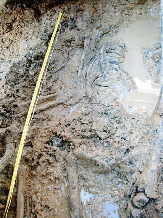 Hromadný hrob s pozůstatky čtyř mužů byl nalezen v hloubce jednoho metru.