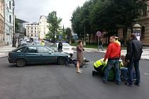 Přímo v centru Liberce auto srazilo motorkáře.