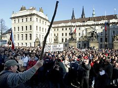 DEMONSTRACE ZA PŘEŽITÍ. Stovky zemědělců včera protestovaly na pražském Hradčanském náměstí a žádaly další miliardy na dotace.