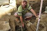 Hromadný hrob s pozůstatky čtyř mužů byl nalezen v hloubce jednoho metru, jak ukazuje archeolog Severočeského muzea v Liberci Petr Brestovanský.