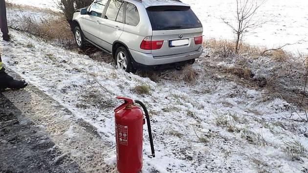 Těžký sníh láme stromy, hasiči pomáhají s jejich odklízením.