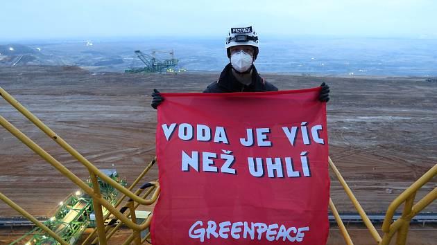 Aktivisté a aktivistky z polské pobočky organizace Greenpeace blokují rypadlo v hnědouhelném dole Turów.